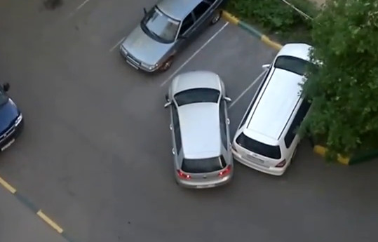 Задели машину во дворе